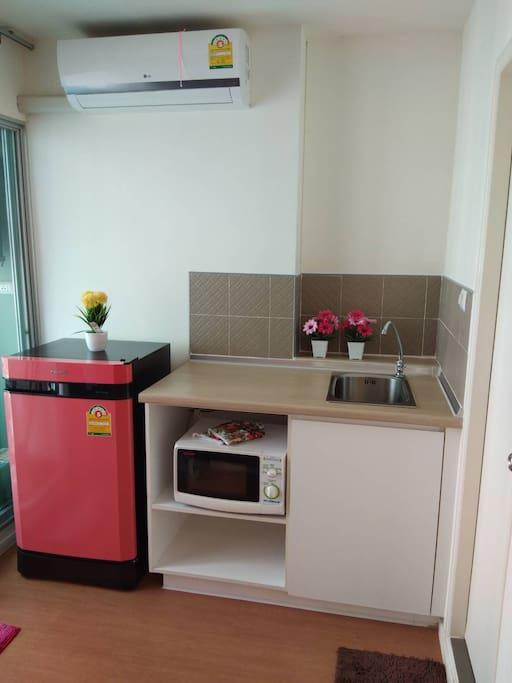 มีตู้เย็นและห้องครัว