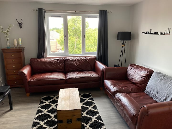 Modern 2 bed flat, 5min to centre. Free parking