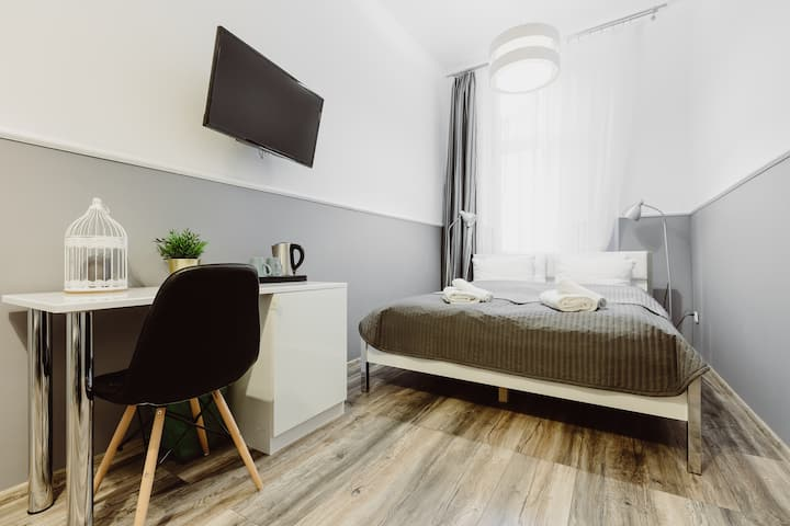 Main Market Square Modern Room with bathroom