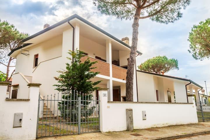 3-rooms-villa inside the green of Lido Volano