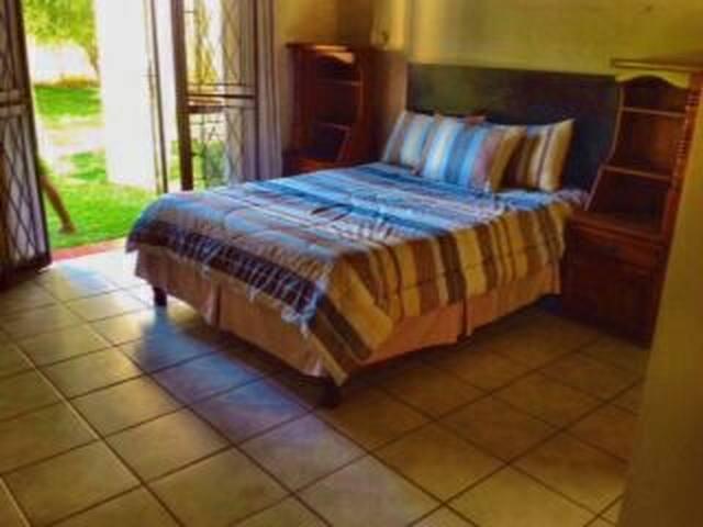 Ensuite bedroom  With pool and garden veiw - Bulawayo - Casa