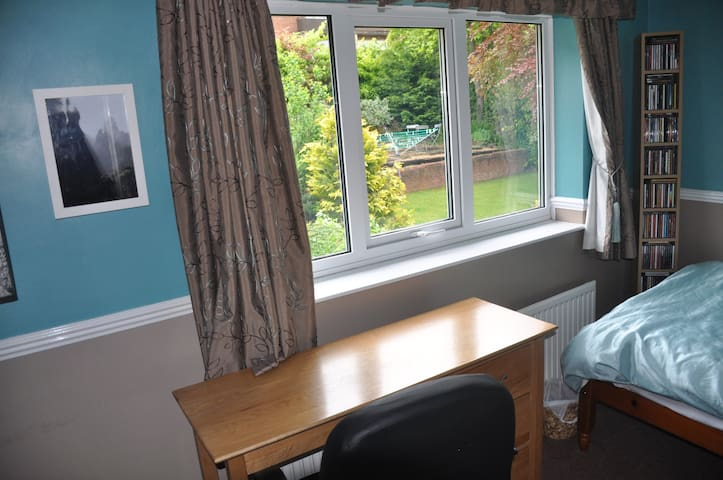 Light, cosy single study bedroom in S11 area.