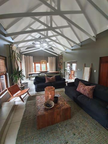 Komorebi - Luxury 4 BR in tranquil nature estate.