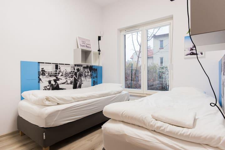 Apartament 2 z jedną sypialnią 2 łóżka sypialniane sofa rozkładana (2 łóżka) stolik z krzesłami szafy z wieszakami moskitiery i rolety w oknach prywatna łazienka z prysznicem i toaletą (suszarka, ręczniki, mydło, papier toaletowy)   sypialnia