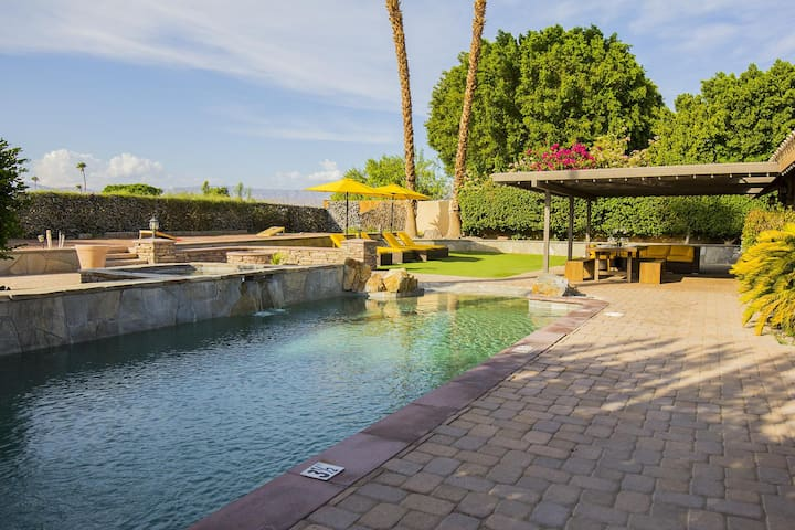 Luxury La Quinta Oasis - 4 Bd, Saltwater Pool & Spa, Golf, Relax, Retreat