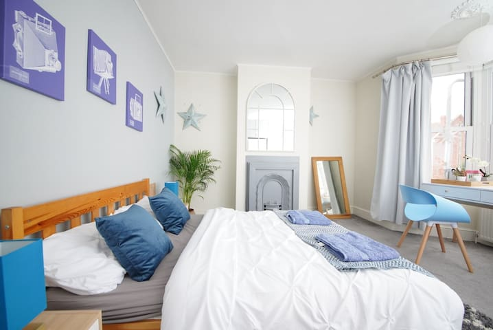 Large double bedroom next to Park