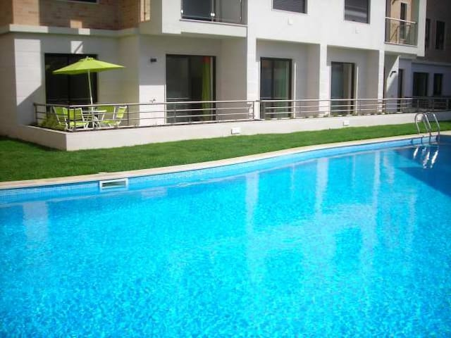 Poolside apartment near safe, sandy beach - São Martinho do Porto - Apartamento