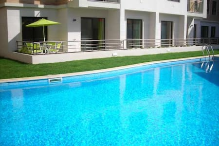 Poolside apartment near safe, sandy beach - São Martinho do Porto
