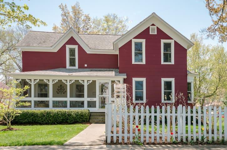 Fabulous House, Huge Yard, Close to Beach + Town!