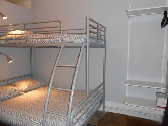 chambre avec lit superposé ( double en dessous et simple au dessus)