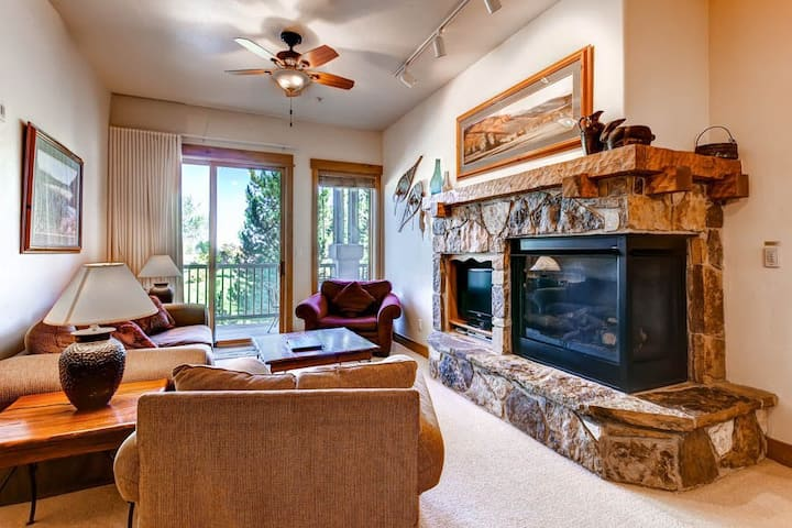 Top-floor condo w/ fireplace & resort pool/hot tubs/shuttle - walk to gondola!