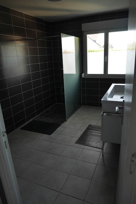 une grande salle de bain italienne