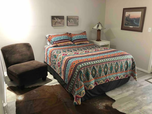 The Boomer Bungalow - Private Entry & Close to OU!