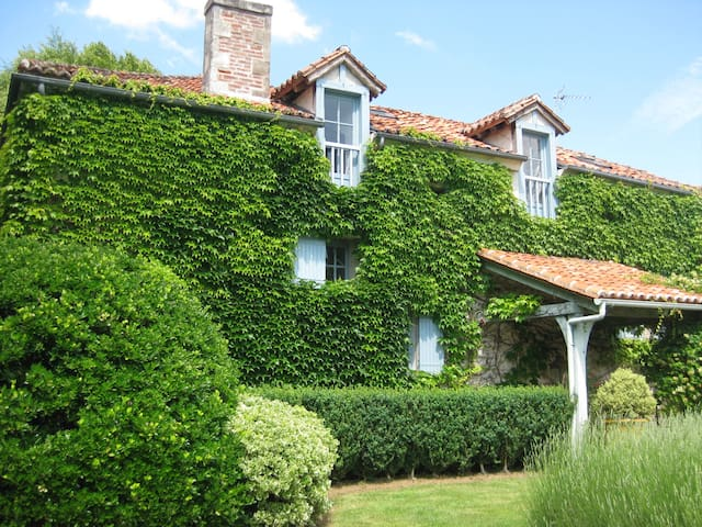 French Farmhouse with Pool and Stunning Grounds - Bourdeilles - House