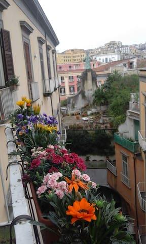 i 4 balconi su via Port'Alba