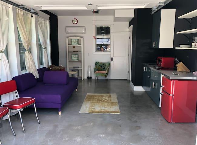 Artsy Studio Garage Apartment near South Congress