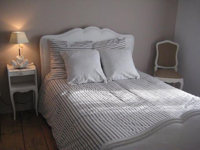 Chambre meublée lumineuse.