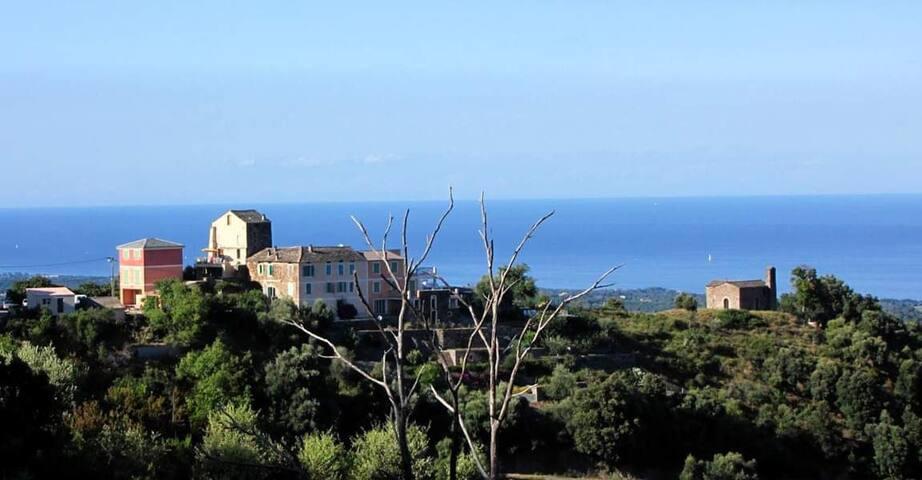 Maison dans village typique à 10 de la mer