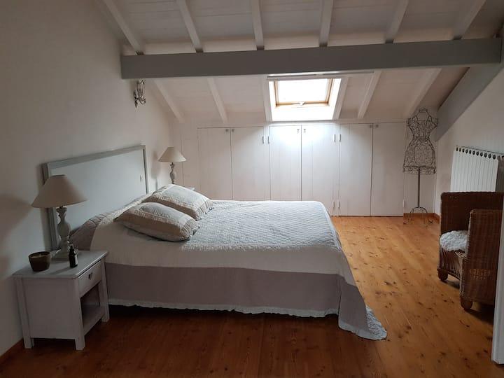 Belle chambre mansardée avec salon