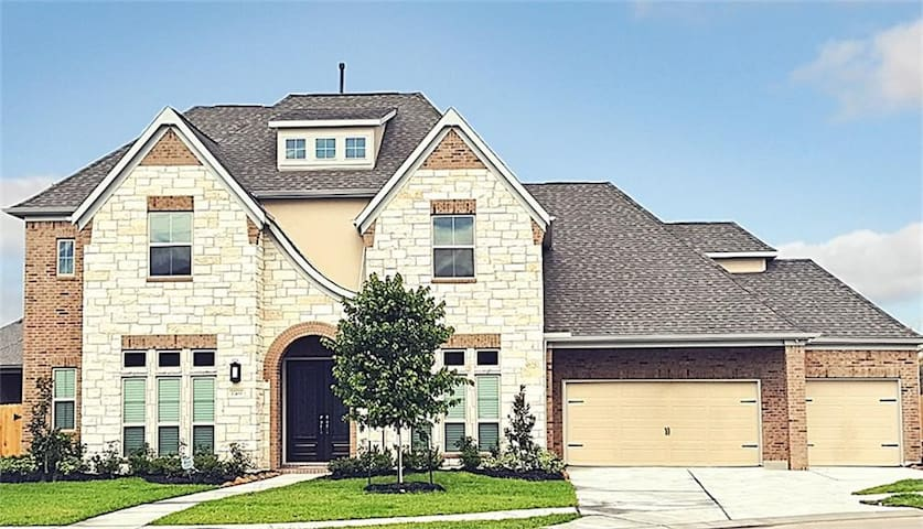 Modern 1/2 Bed Room in a Luxurious, Peaceful Home - Tomball - House