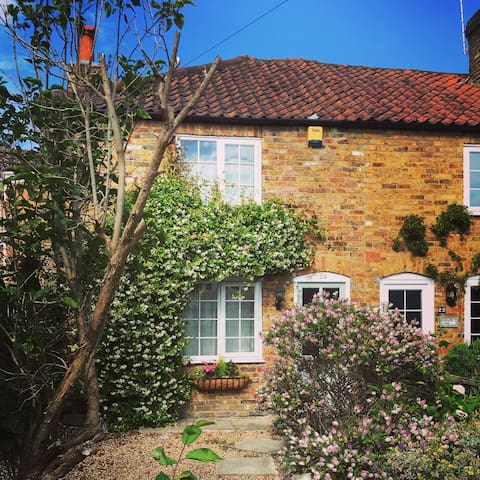 Distinctive & Chic 2 Bed/1 Bath Terrace Cottage