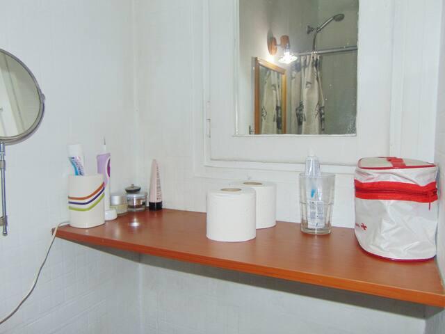 El huésped tendrá en el baño: jabón, champú, dentífrico, secador de pelo y papel para su consumo