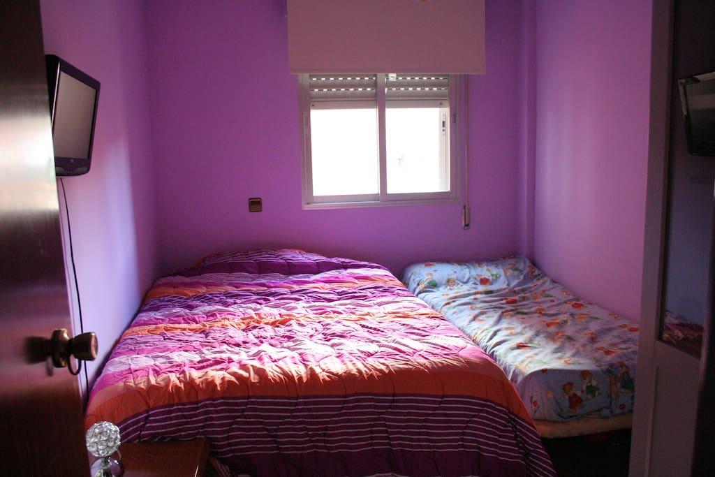 bedroom with double and single bed habitación con cama de matrimonio e individual