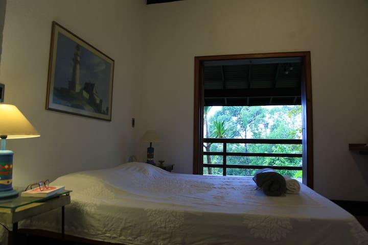 Um quarto às margens do verde e do mar (casal)