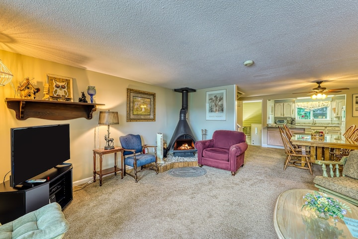 Roomy condo w/ balcony overlooking pond, wood-burning fireplace, & golf course!
