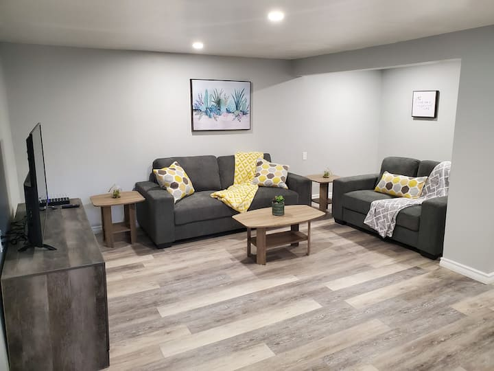 "Stylishly Renovated Apartment -50"" TV w/Netflix"