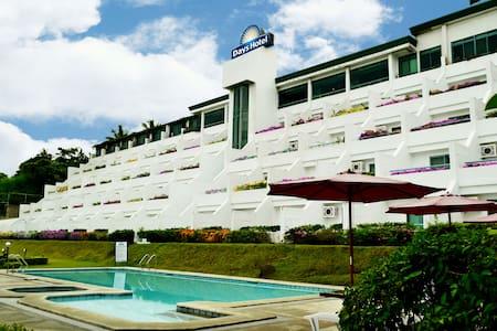 Big Room w/ Veranda facing Taal Lake View - Tagaytay - ที่พักพร้อมอาหารเช้า