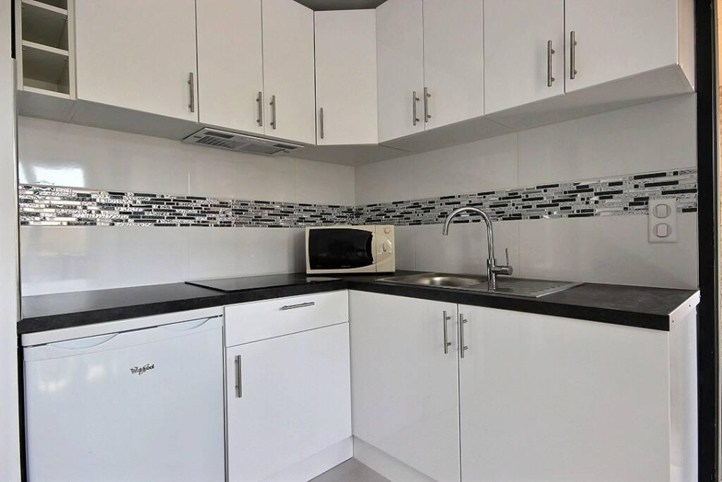 Une cuisine neuve entièrement équipée dans un style moderne