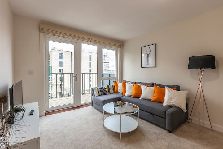 Warm, cosy and modern apartment 2min to Tube Stn