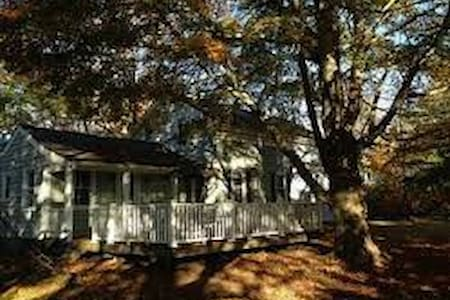 Classic New England home close to beaches - South Kingstown