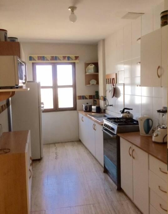 Cocina totalmente equipada refrigeradora, microhondas, tostadora, olla arrocera, licuadora, menaje etc.