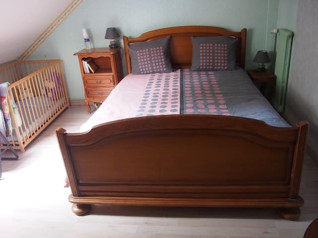 lit de 140 dans chambre au 1er étage