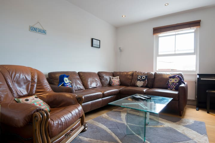 Modern Two Bedroom Townhouse 200M From Clock Tower