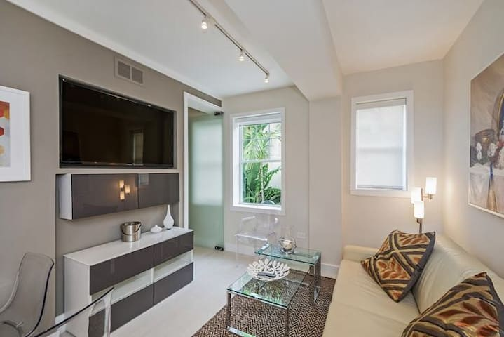 Best apartment on SothBeach,remodeled,pool&hot tub