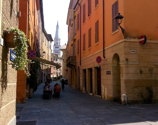 Private room in the heart of the City! - Modena