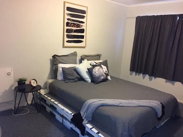 Prime location, double size modern room. - Palmerston North - Casa