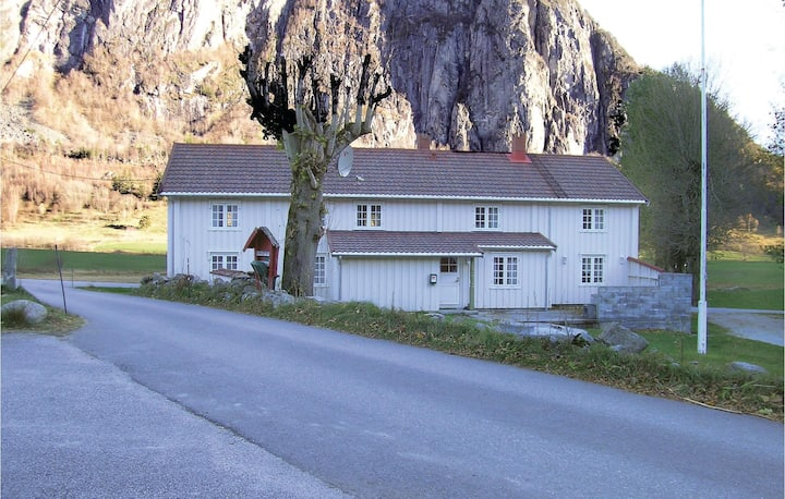 Holiday cottage with 5 bedrooms on 166m² in Eresfjord