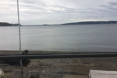Comfortable Waterfront Home - Right on the Beach - Camano Island - Hus