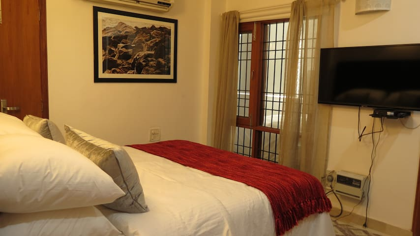 Yippeerooms 2 bedroom (sleeps 4) queen suite