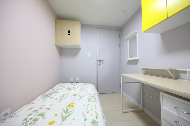14 minutes to Myeongdong, cozy house (woman)