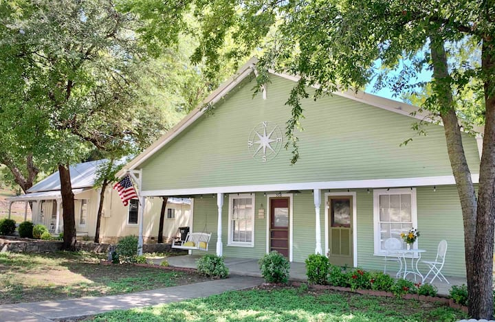 Compass Cottage in Historic Glen Rose