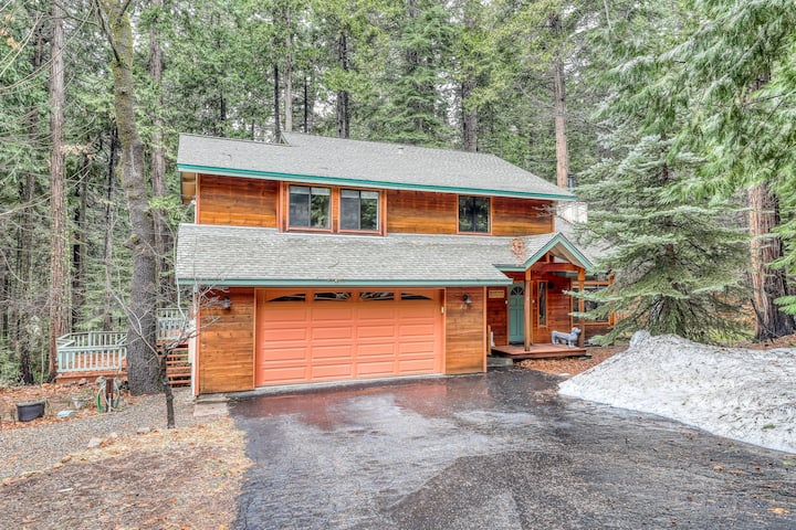 Contemporary cabin w/ forest views near skiing - walking distance to Snowshoe!