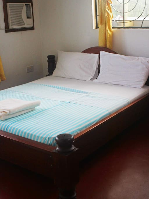 Standard double room with an en-suite and air conditioning.