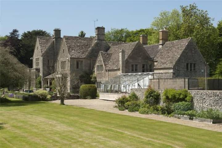5 star Cotswold luxury with tennis court & garden