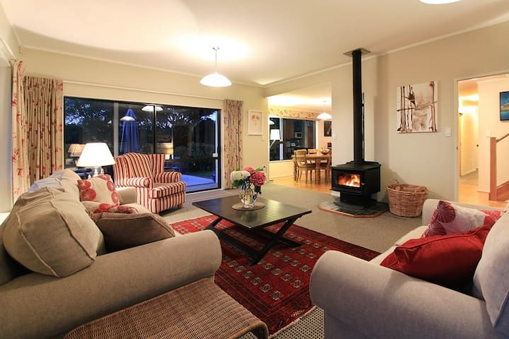 Spacious and Comfortable Family Home - Porirua - Casa