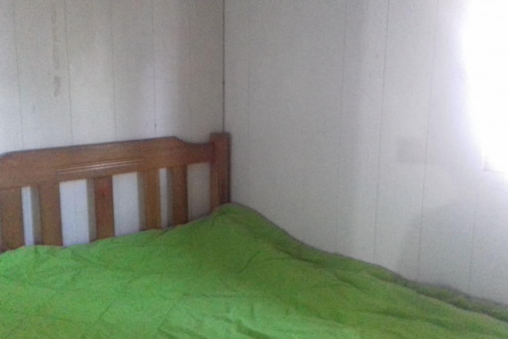 Habitaciónes con cama sábanas,  colchas.Toda la comodidad necesaria para una bonita estadía.